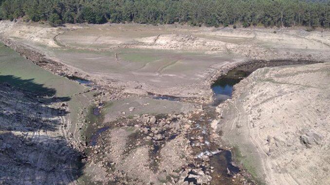 Denuncian a falta de responsabilidade ambiental de Naturgy no encoro de Salas