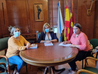 alcaldesa Digna Rivas e a concelleira de Servizos Sociais, Iria Vilaboa, coa reponsable da empresa En Lingua de Signos, Raquel González Lovelle